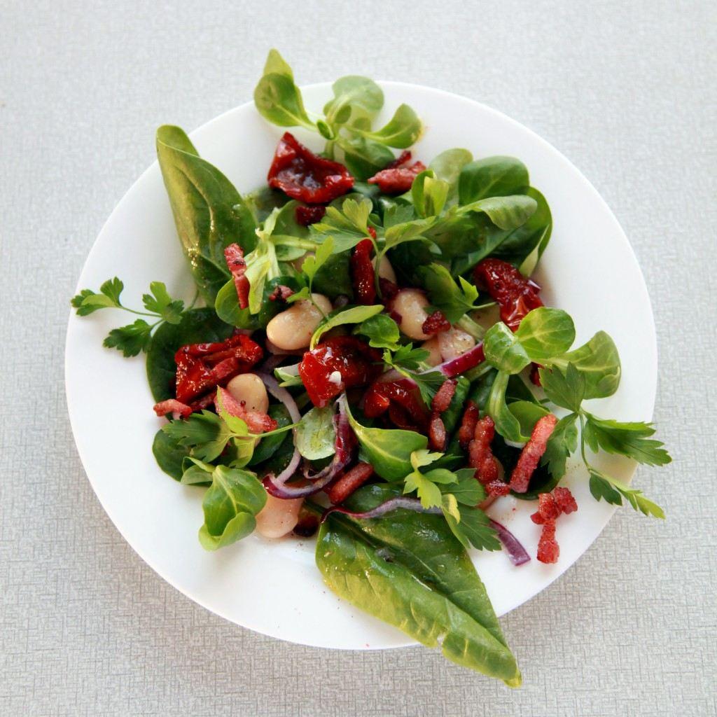 lauwwarme salade met bonen, tomaat en spekjes