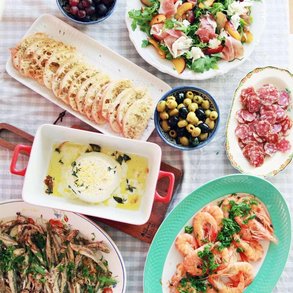 tafel vol Italiaanse hapjes