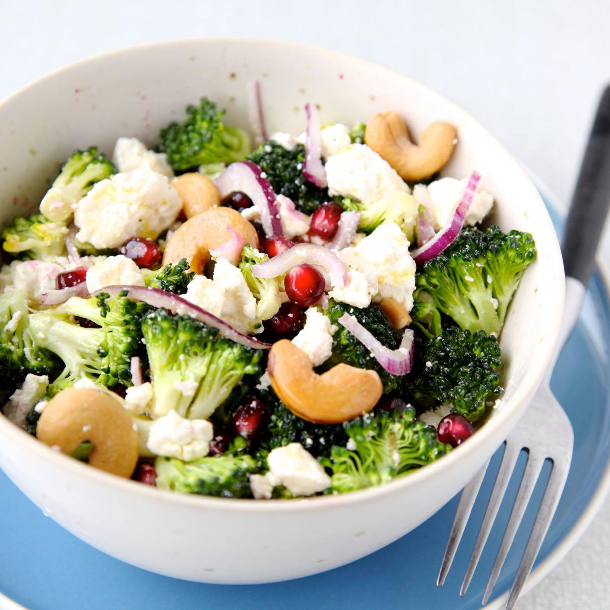 rauwe broccolisalade met feta en granaatappelpitjes 2 lr