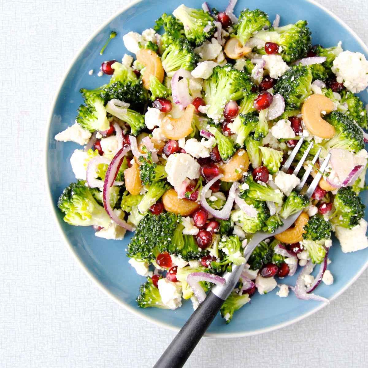 Rauwe broccolisalade met feta en granaatappelpitjes